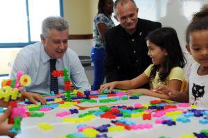 Foto do governador Rodrigo Rollemberg fazendo atividade pedagógica com crianças.